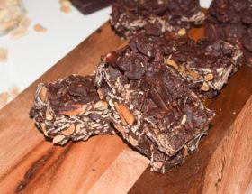 Barre de flakes d'épeautre, cacahuètes et chocolat